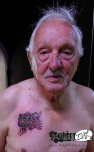 André, 87 ans, premier tatouage à Bourg St Andéol